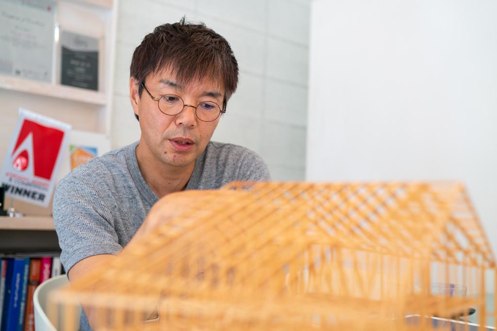 建築模型を見る建築士