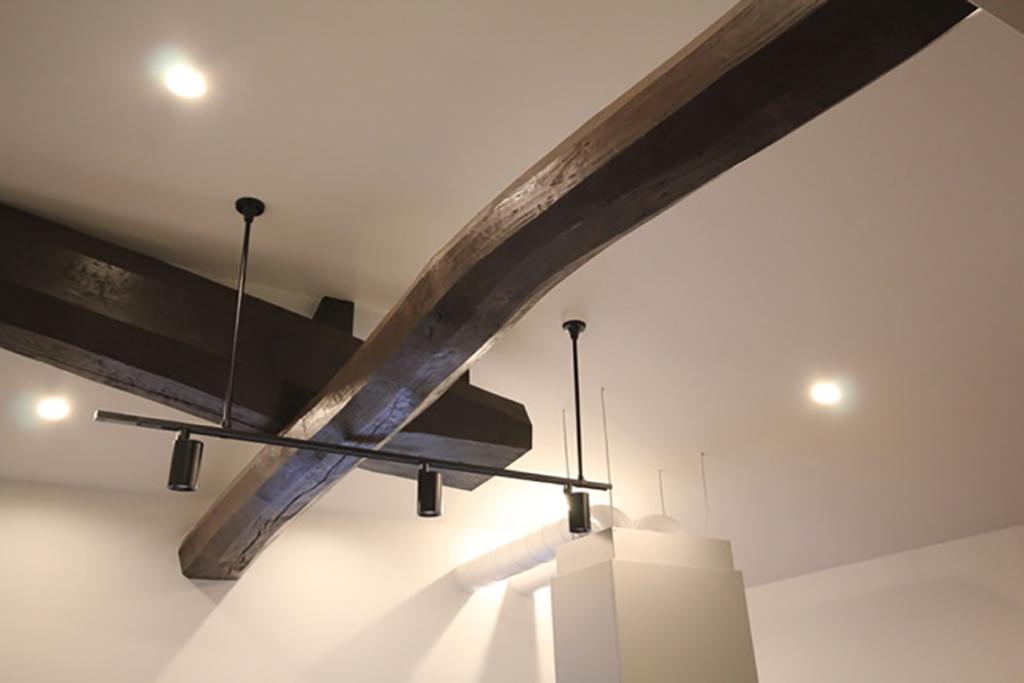 天井の印象的にデザインされた梁
