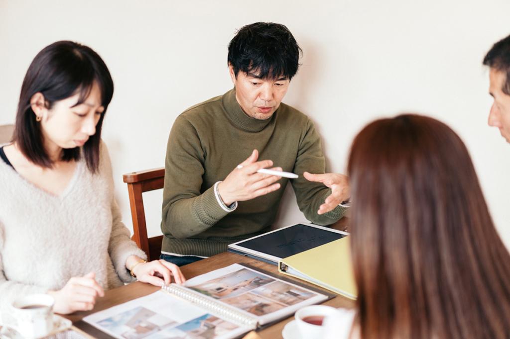 家創り相談会で説明する建築士