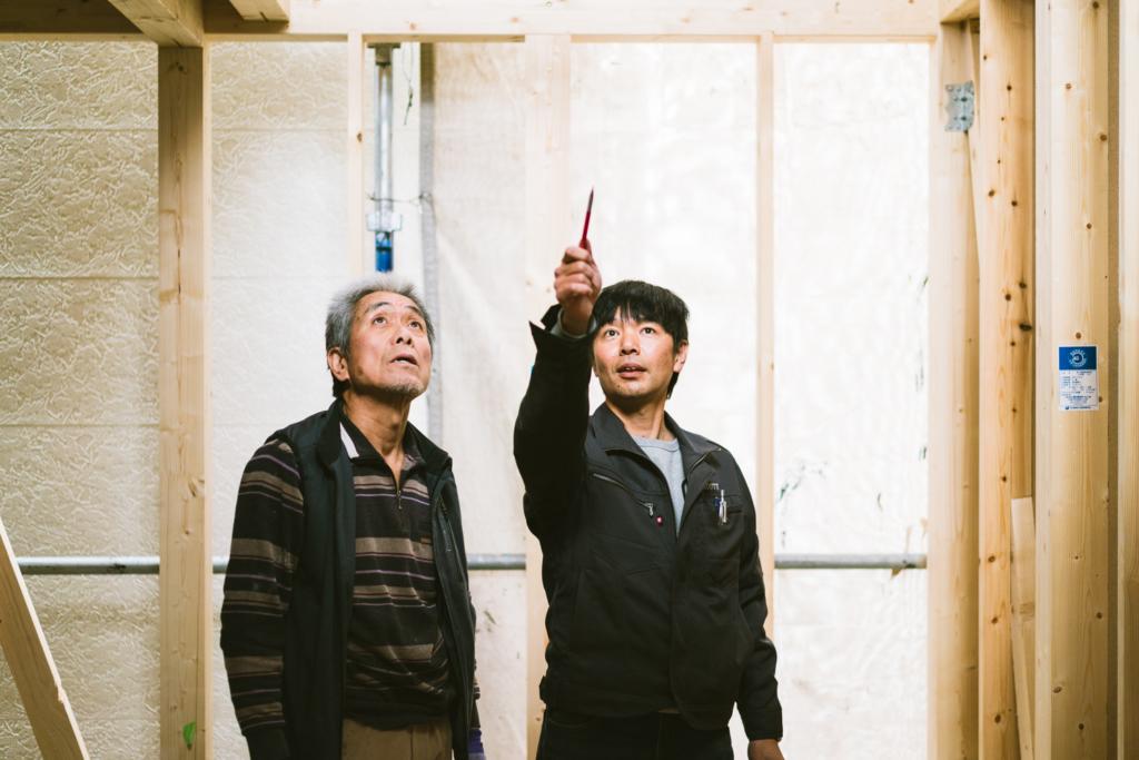建築士が大工に指示するシーン