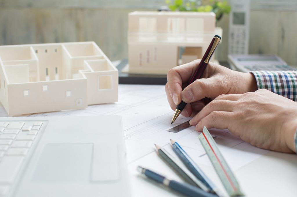 机の上で設計する建築士