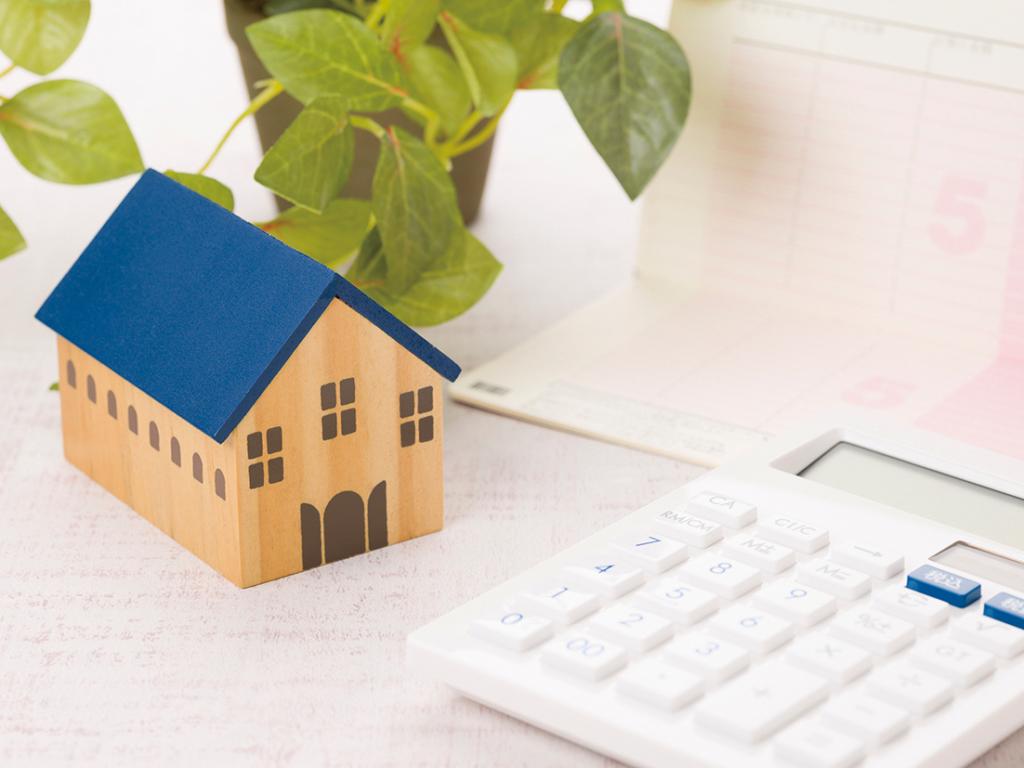 住宅模型と電卓と通帳イメージ