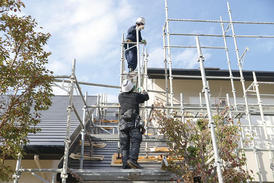 住宅の足場を組む職人