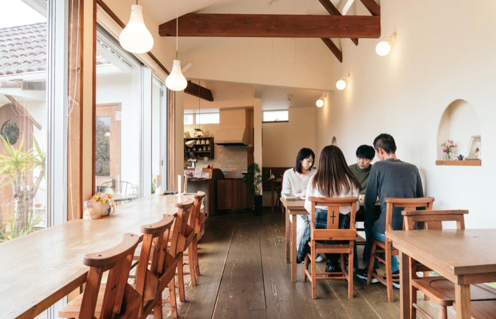 カフェで建築士に家づくりを相談しているイメージ
